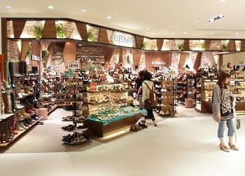 靴からバッグ、ウェア、アクセサリーまでトータル提案しネイルサロンも併設する「ブラック エディション」(フィット)